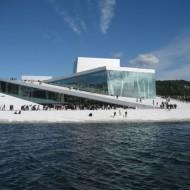 Et kunstverk ved fjorden